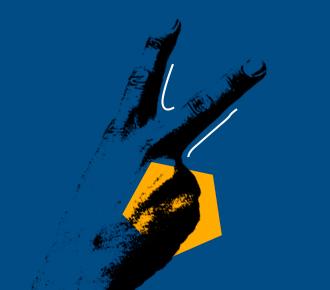 Imagem de uma mão erguida com os dedos em posição de V (número dois), ao fundo em um céu um avião decola. A imagem representa o crescimento e a evolução em vendas de outsourcing de impressão.