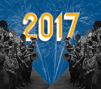 Imagem de pessoas acenando, algumas com chapéu na mão, fogos de artifício ao fundo. A imagem representa a chegada do final de ano e apresenta a retrospectiva da PrintWayy.