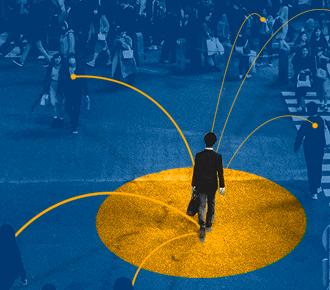 Imagem de uma rua movimentada com várias pessoas atravessando a rua, destaque para um homem, dele saem setas, que representam a inovação disruptiva.