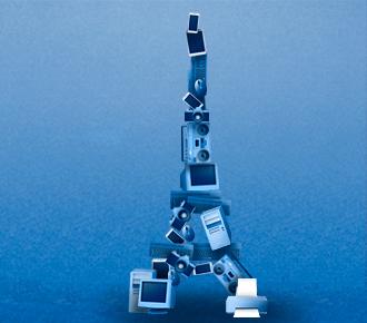 Ilustração de uma torre Eiffel feita com lixo eletrônico.