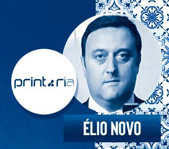 Fotografia de Élio Novo, logotipo da PrintRia e azulejos portugueses ao fundo. A imagem representa o outsourcing de impressão em Portugal.