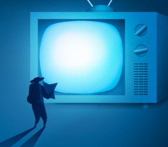 Ilustração de uma TV antiga gigante e de uma pessoa com chapéu e um mapa bem pequenos em frente a TV. A ilustração representa a busca por opções de entretenimento.