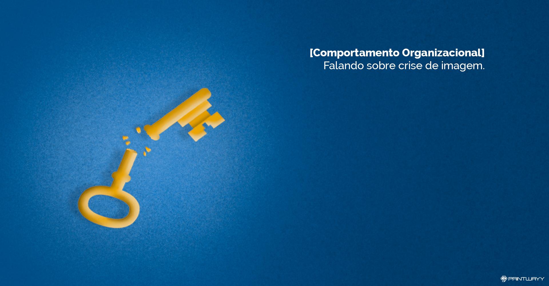 Uma chave dourada quebrada, junto dela alguns farelos. Representa a crise de imagem.
