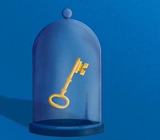 Uma redoma de vidro com uma chave dentro.