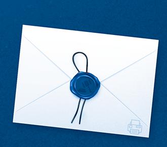 Ilustração de um envelope selado com carimbo de cera, contendo a imagem de um martelo.