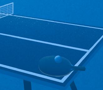 Uma mesa de ping pong, com uma raquete e bolinha em cima.