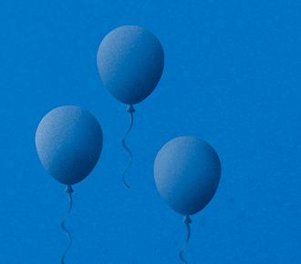 Três balões voando, sendo que um está mais alto, destacado.